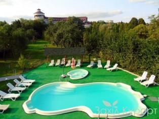 """Открытый бассейн в отеле  """"Богема"""""""