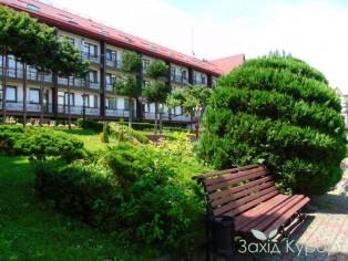 """Территория санатория """"Карпаты"""" в г. Яремче"""