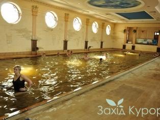 Крытый термальный бассейн
