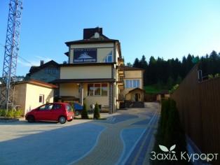 Отель «Поезия Мандрив» Сходница - парковка
