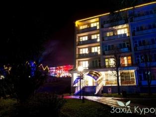 """Санаторий """"Поляна"""" - на территории в ночи"""