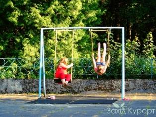 sanatoriy_hrustalnyj-dvorec-truskavets-detskaya-ploschadka