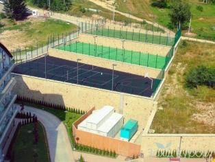 Мини футбольное поле, теннисный корт, баскетбольная и волейбольная площадки