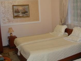 Номер с двумя односпальными кроватями и диваном